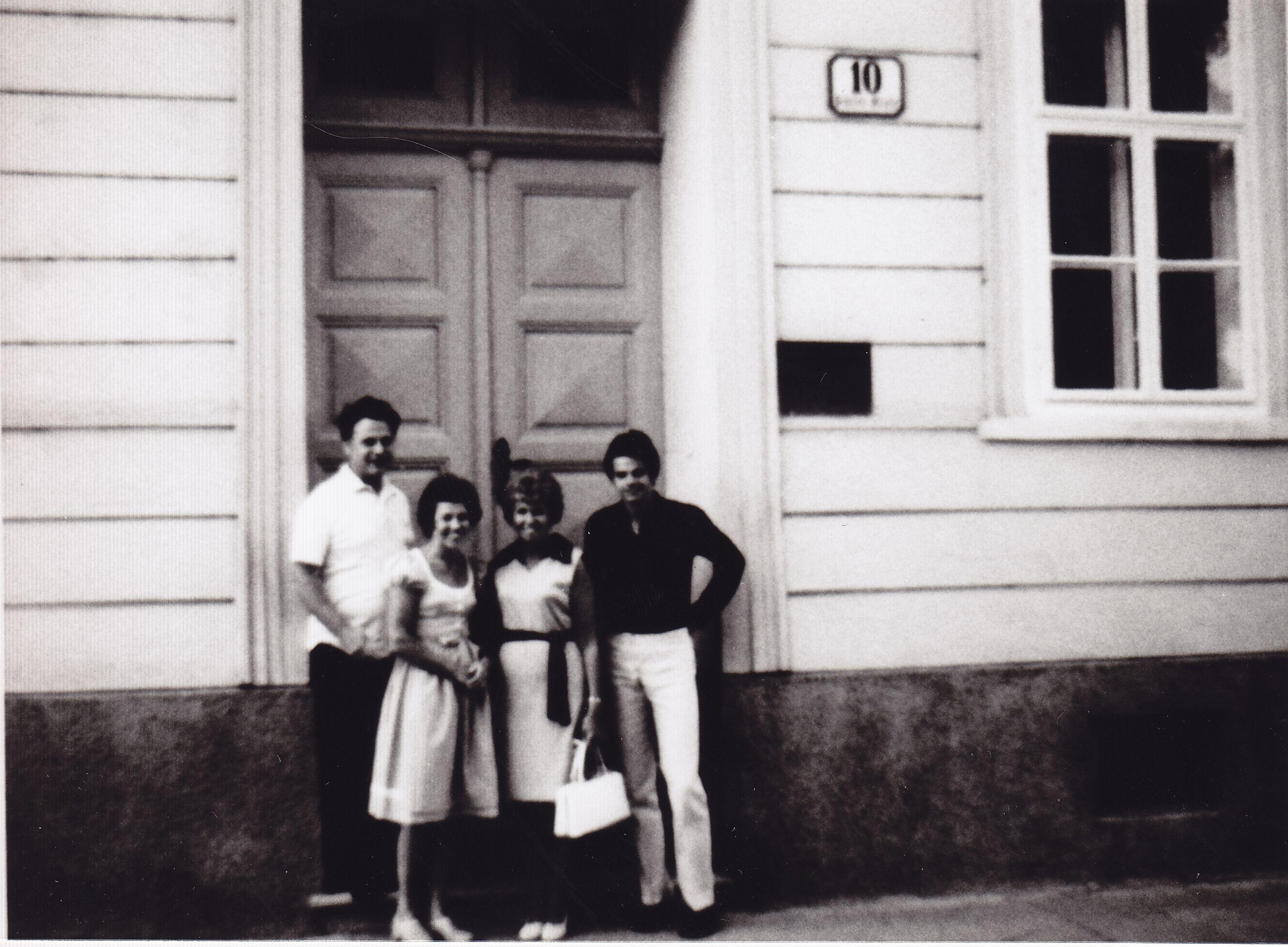 Renate Brüll vor ihrem Elternhaus